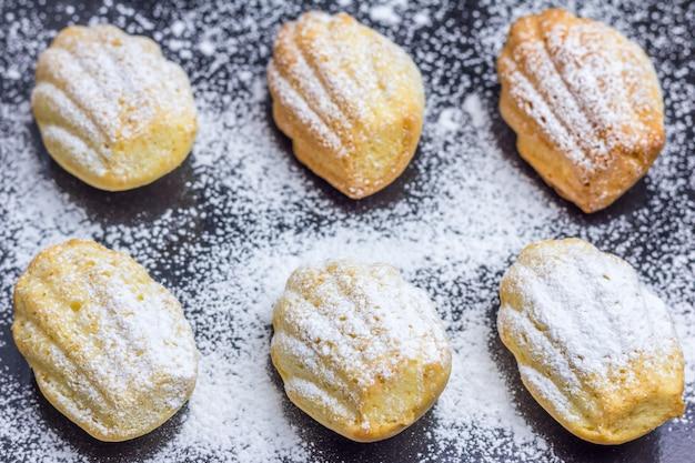 Madeleines w proszku w cukrze na blasze do pieczenia