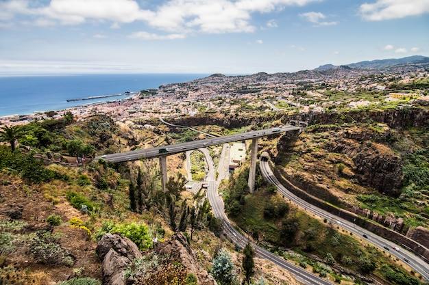 Madera wyspa portugalia typowy krajobraz, panorama miasta funchal z ogrodu botanicznego