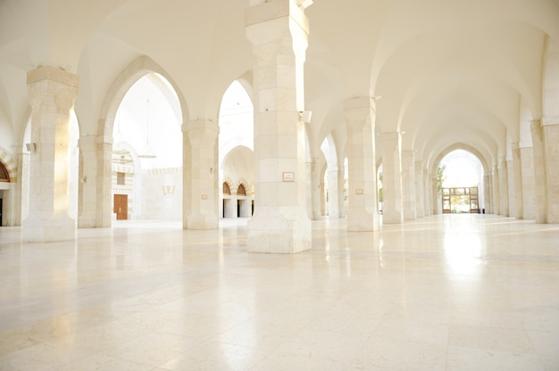 Madina meczet pusty, koncepcyjne wnętrze budynku orientalnego. fantastyczne tło.
