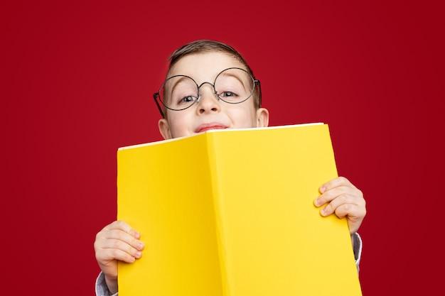 Mądry uczeń z żółtą książką