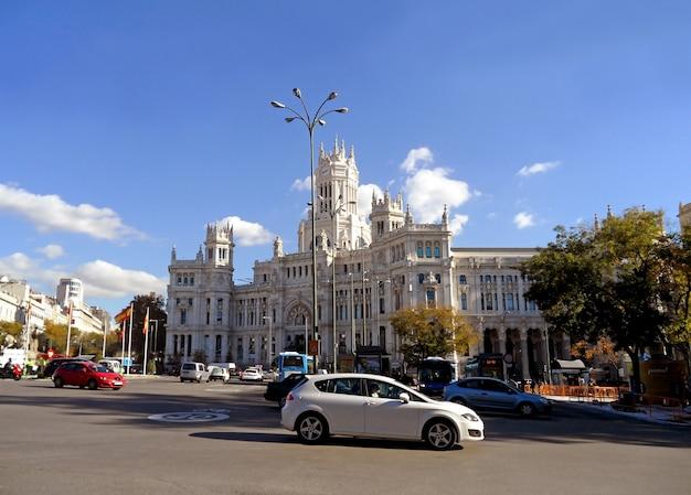 Madryt city hall lub cybele palace, wybitny budynek na placu cibeles w madrycie, hiszpania