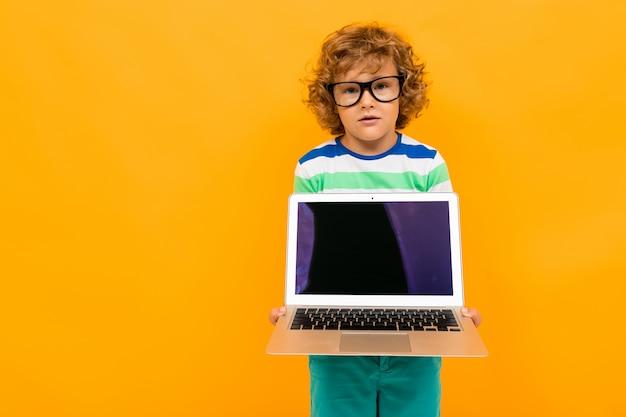 Mądrze uczeń z laptopem na żółtym tle