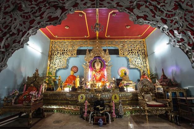 Mae hong son, tajlandia - 31 października 2014: wnętrze świątyni wat chong klang (kham), mae hong son, tajlandia.