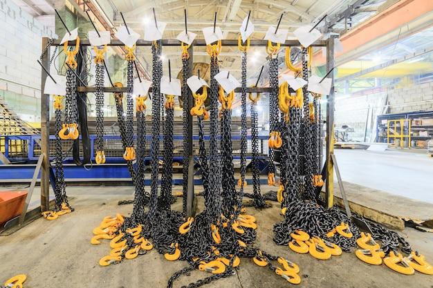 Magazyn wyrobów gotowych przedsiębiorstwa do produkcji urządzeń przeładunkowych. bagażnik z nowymi zawiesiami łańcucha ładunkowego.