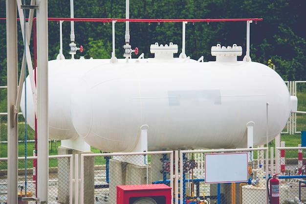 Magazynowanie dwóch gazowych lpg w zbiornikach poziomych i rurociągu.