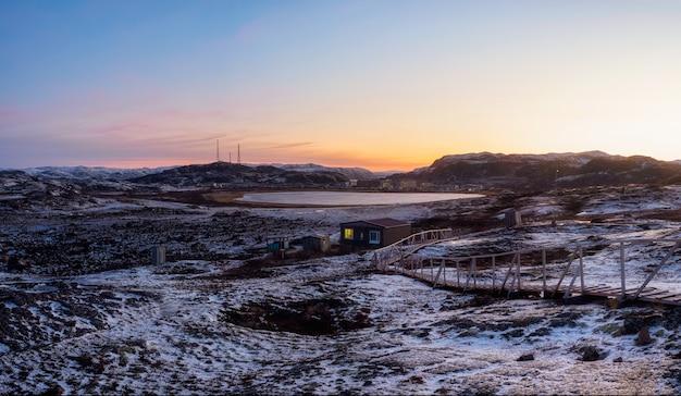Magenta zimowy świt. panoramiczny lodowy krajobraz i góry w rosyjskiej miejscowości teriberka.