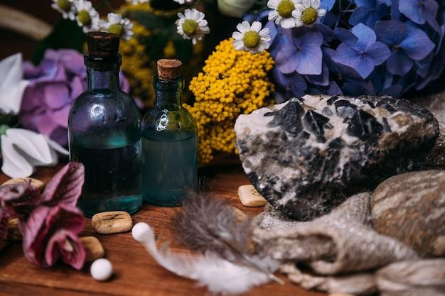 Magiczna butelka na miksturę. czarodziejska koncepcja halloween z miksturami, ziołami i okultystycznym wyposażeniem.