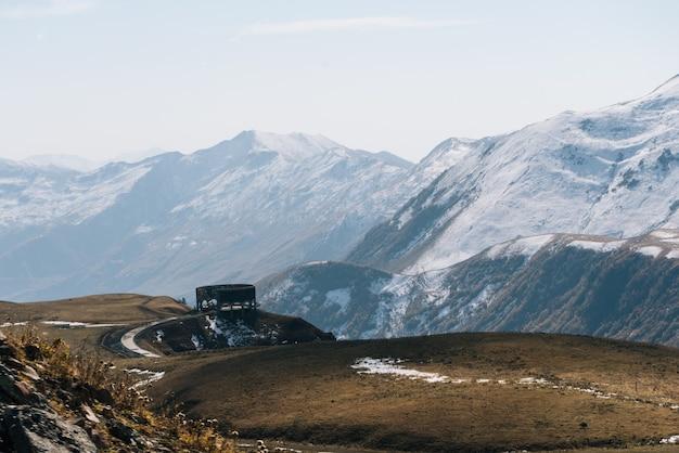 Magiczna czarująca przyroda, majestatyczne wysokie góry pokryte białym śniegiem, żółte pola i łąki