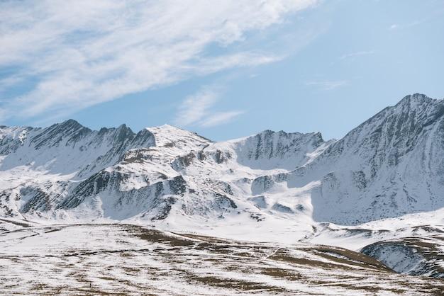 Magiczna czarująca przyroda, wysokie góry pokryte białym śniegiem, mroźna zimowa aura