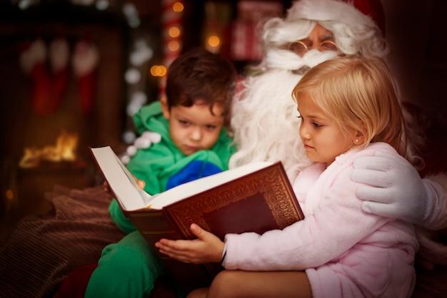Magiczna książka czytana przez świętego mikołaja