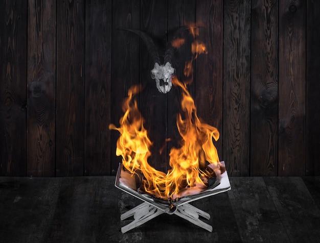 Magiczna książka płonąca w płomieniach ognia