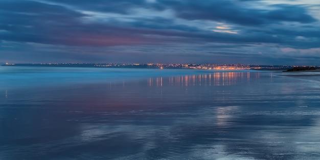 Magiczna panorama seascape odbicie miasta wody. w odcieniach niebieskiego armacao de pera.