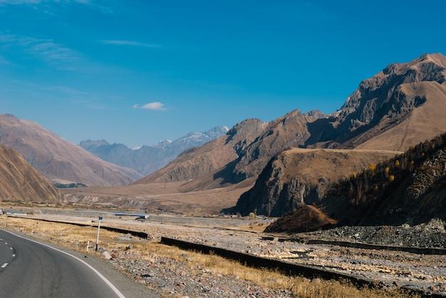 Magiczna przyroda i krajobraz, majestatyczne góry i wzgórza pod błękitnym niebem