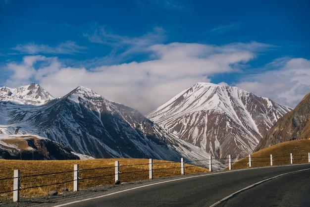 Magiczna przyroda i krajobraz, wysokie góry pokryte białym śniegiem, zimno