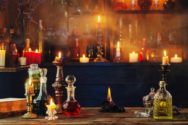 Magiczne mikstury w butelkach na drewnianym stole