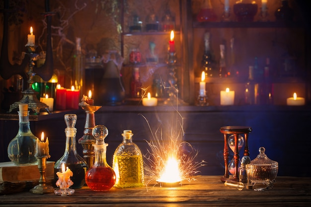 Magiczne mikstury w butelkach na podłoże drewniane