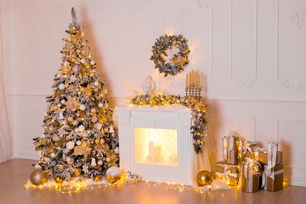 Magiczne świecące drzewo z noworocznymi prezentami i zabawkami, kominkiem, prezentami