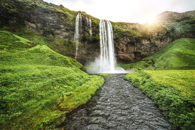 Magiczny wodospad seljalandsfoss na islandii
