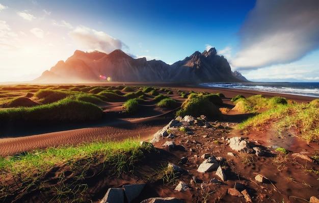 Magiczny zachód słońca na piaszczystej plaży. świat piękna indyk