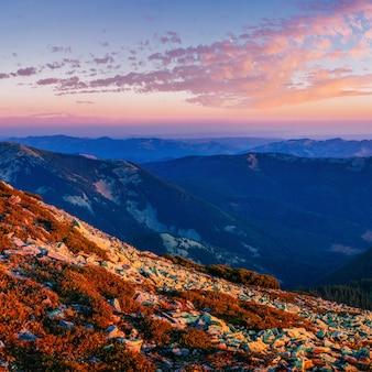 Magiczny zachód słońca w górach