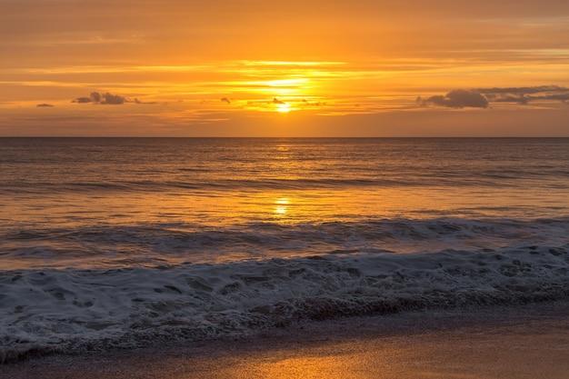 Magiczny złoty zachód słońca na portugalskiej plaży. algarve