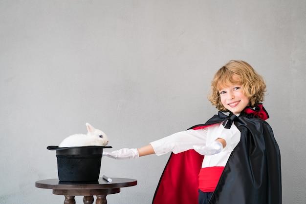 Magik dziecko z ślicznym królikiem.
