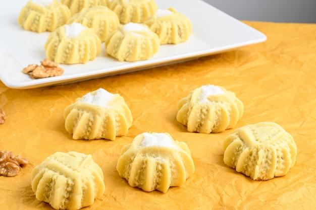 Mahmoull typowy arabski cukierek na żółtym tle