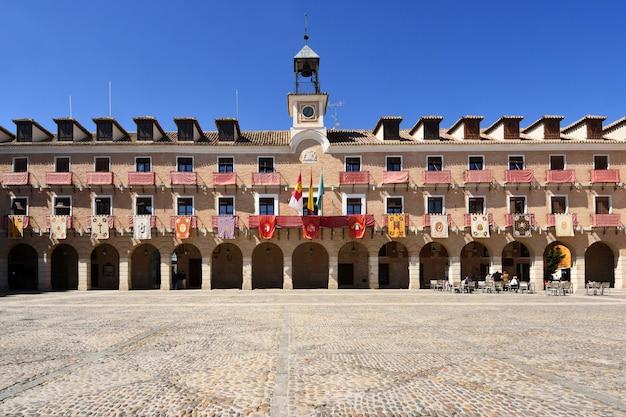 Main square of oca, prowincja toledo, castilla la mancha, hiszpania.
