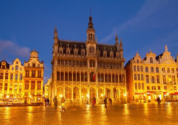 Maison du roi nocą, bruksela, belgia
