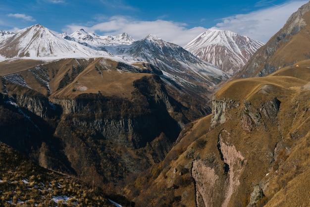 Majestatyczna przyroda i krajobraz, wysokie góry pokryte białym śniegiem, pod czystym, błękitnym niebem