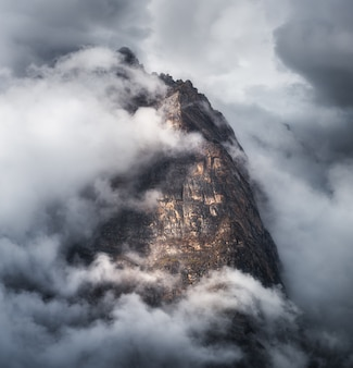 Majestatyczna scena z górami w chmurach w chmurzącym wieczór w nepal