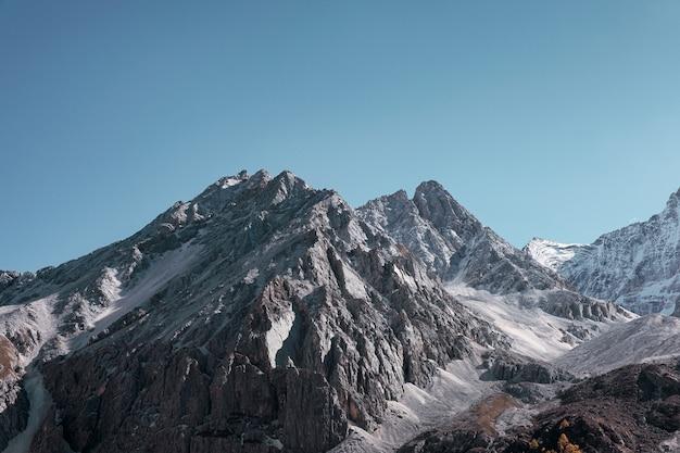 Majestatyczna wapienna góra świeci z niebieskim niebem w ranku