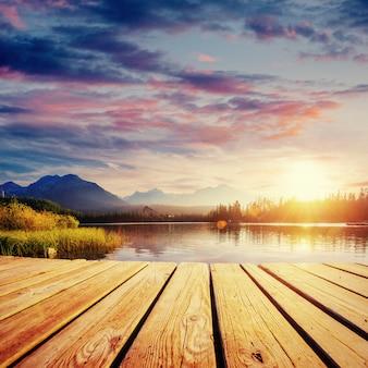 Majestatyczne górskie jezioro w parku narodowym wysokie tatry.