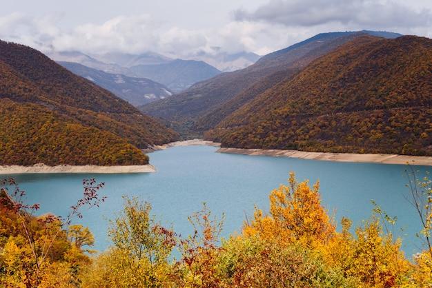 Majestatyczne góry i zbocza, niebieska rzeka, mnóstwo drzew i roślin