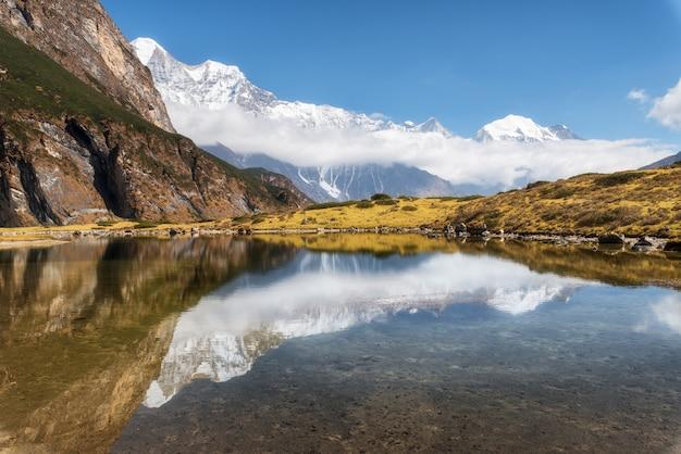 Majestatyczne góry z wysokimi skałami z ośnieżonymi szczytami