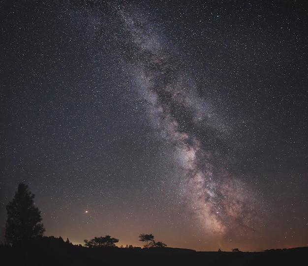 Majestatyczne nocne niebo pełne gwiazd