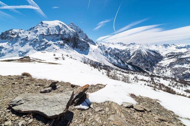 Majestatyczne szczyty górskie w alpach