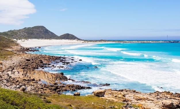 Majestatyczne ujęcie skalistego wybrzeża i falisty widok na pejzaż morski w kapsztadzie, republika południowej afryki