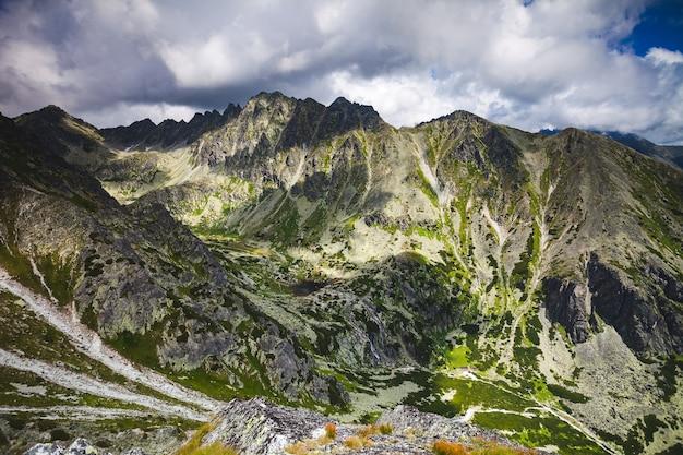 Majestatyczny górski krajobraz w tatrach na słowacji wspaniały panoramiczny widok na potężny