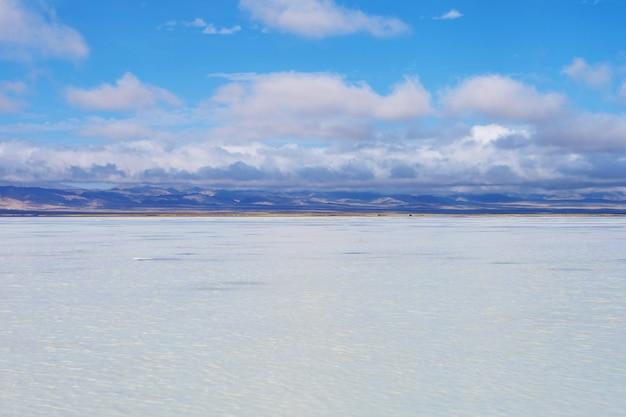 Majestatyczny piękny krajobraz słonego jeziora caka w qinghai w chinach