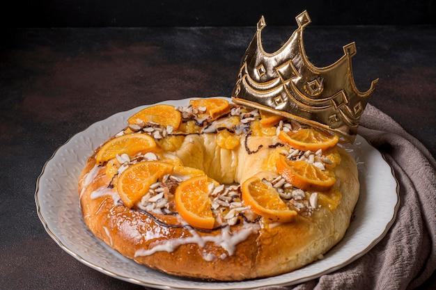 Majestatyczny tort na dzień trzech króli z plastrami pomarańczy