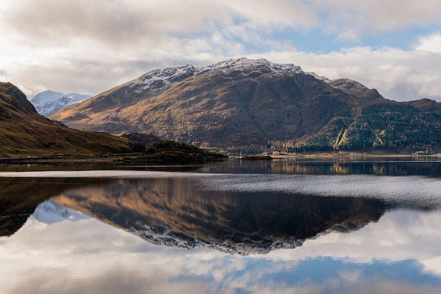 Majestatyczny widok na pejzaż morski z górską refleksją na spokojnej powierzchni wody w szkocji, wielkiej brytanii