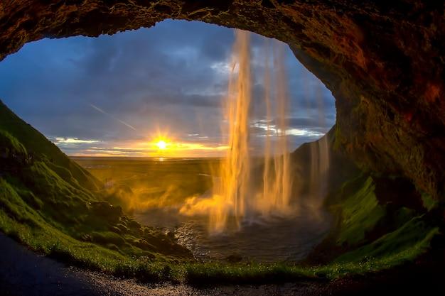 Majestatyczny wodospad seljalandsfoss przed zachodem słońca. islandia