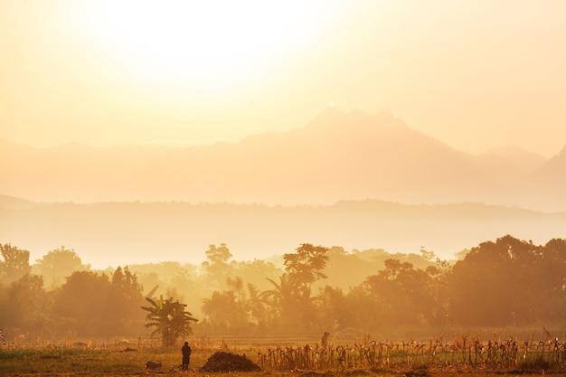 Majestatyczny wschód słońca w wiejskim krajobrazie. wyspa luzon na filipinach.