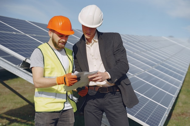 Majster i biznesmen w stacji energii słonecznej.
