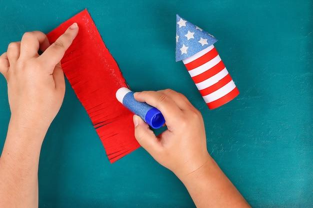 Majsterkowanie 4 lipca rękawem toaletowym petarda, papierem, tekturowym kolorem amerykańskiej flagi czerwony niebieski biały