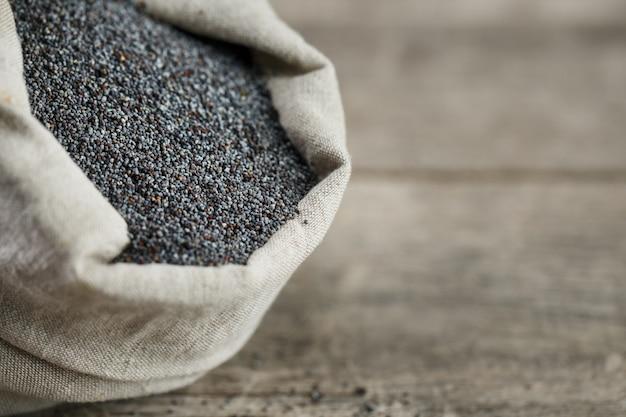 Mak w torebce jutowej. smaczne i przydatne nasiona bogate w białko i oleje.