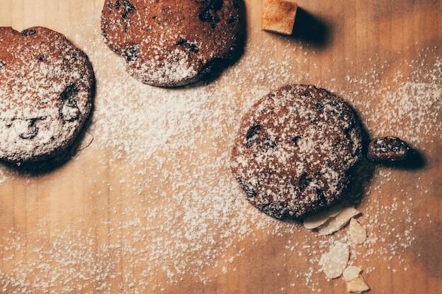 Mąka chrupiące czekoladowe ciasteczka na stole