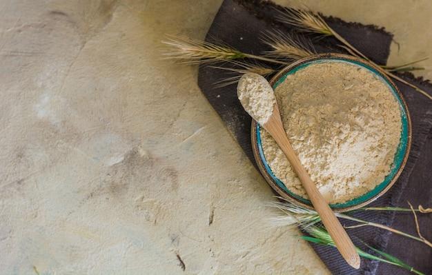 Mąka glutenowa o wysokim indeksie białkowym.