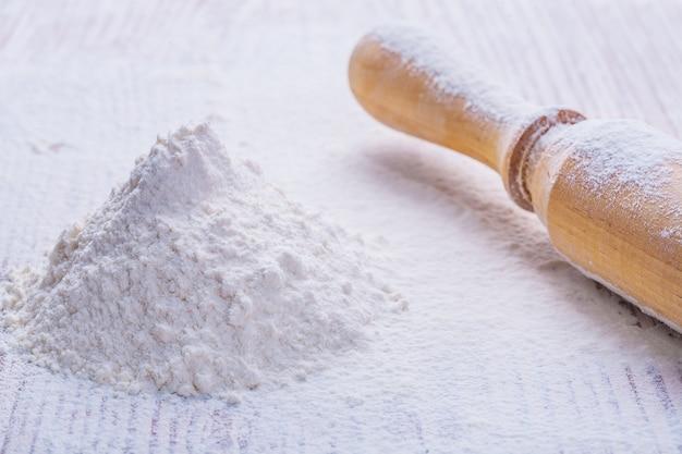 Mąka i drewniany wałek do ciasta